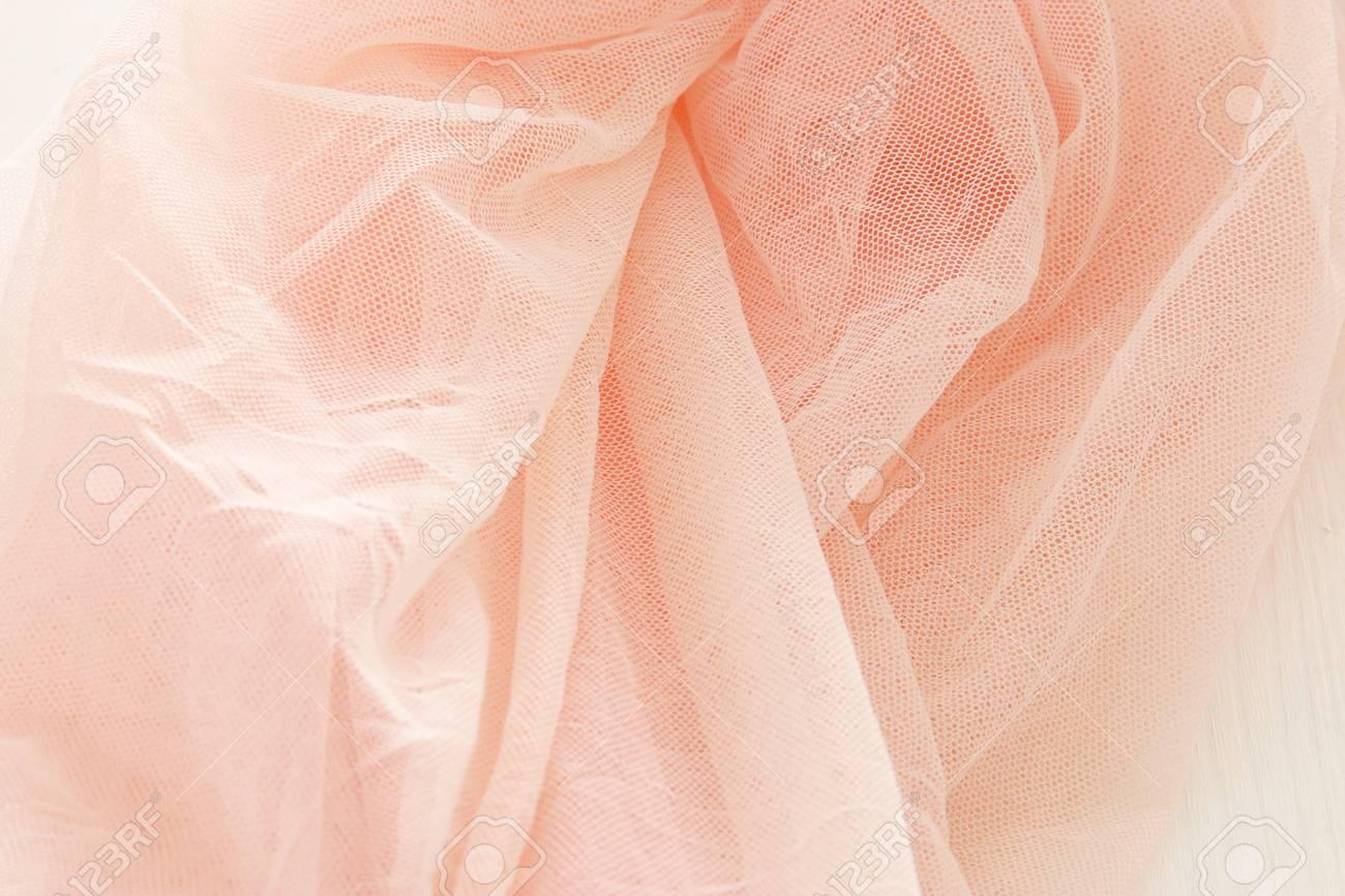 vintage tulle rosa chiffon kleid auf hölzernen weißen tisch. hochzeit und  mädchen party-konzept.