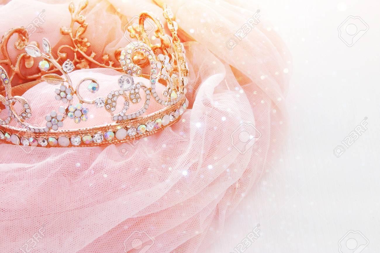 Vintage Tulle Rosa Chiffon Kleid Und Diamant-Tiara Auf Hölzernen ...