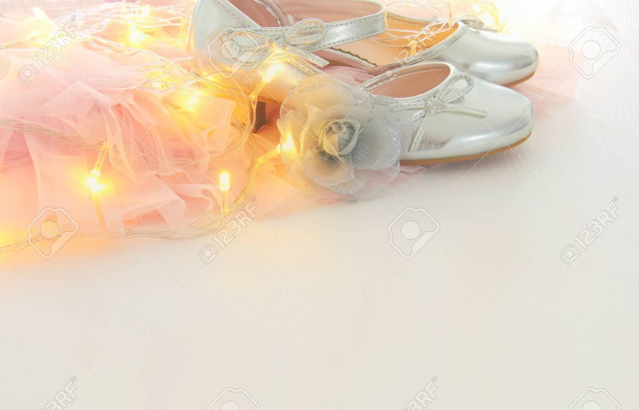 Vintage Tüll Rosa Chiffon Kleid Und Silber Schuhe Auf Hölzernen ...