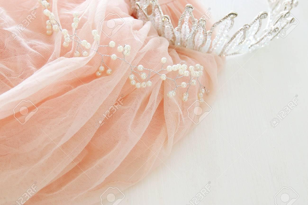 Vintage Tulle Rosa Chiffon Kleid Und Diamant Tiara Auf Holzernen
