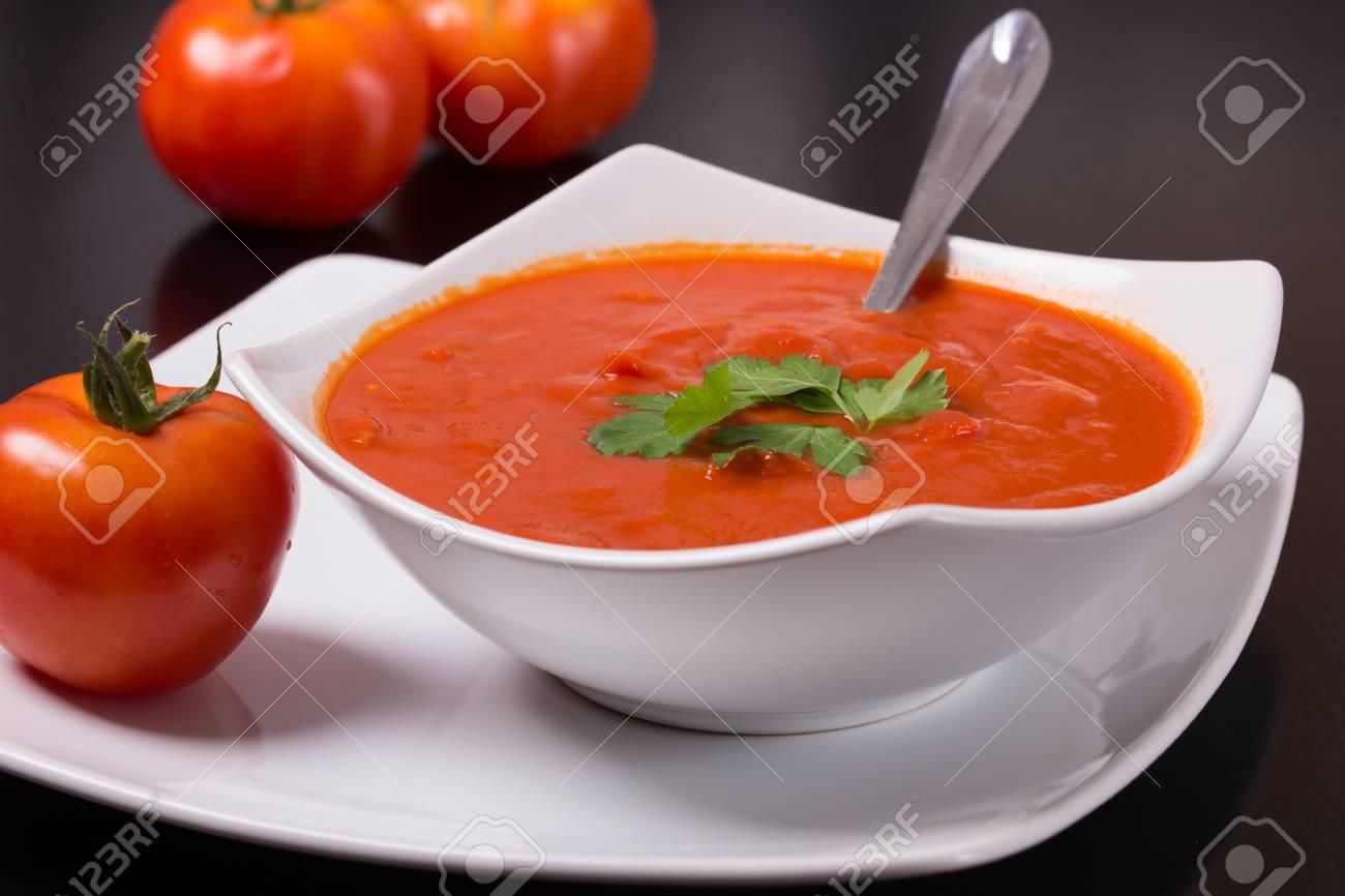 Tomatensuppe Mit Frischen Tomaten Auf Schwarzem Hintergrund