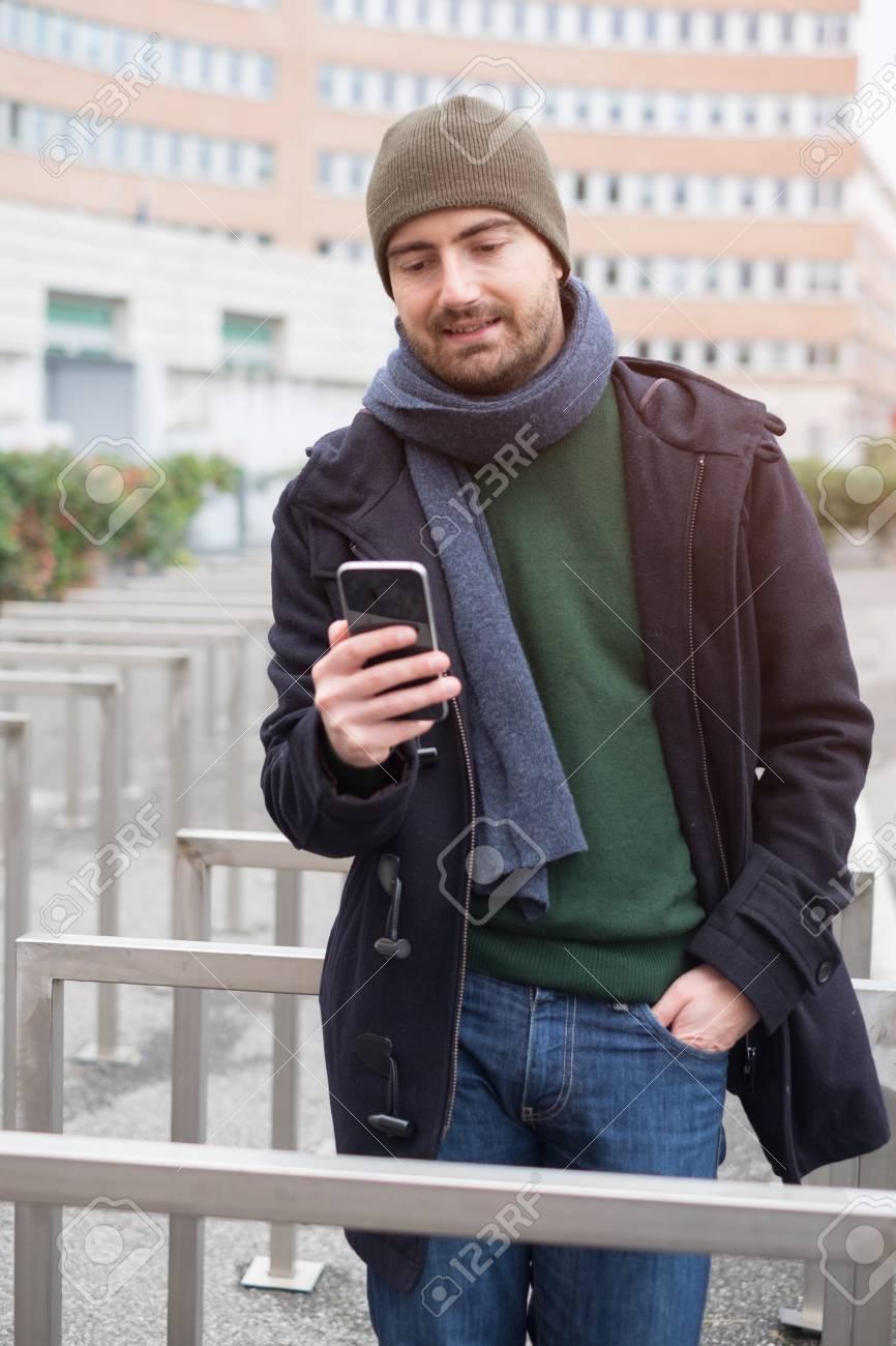 Hombre Casual Vestido De La Ciudad En Un Día De Temporada De Invierno