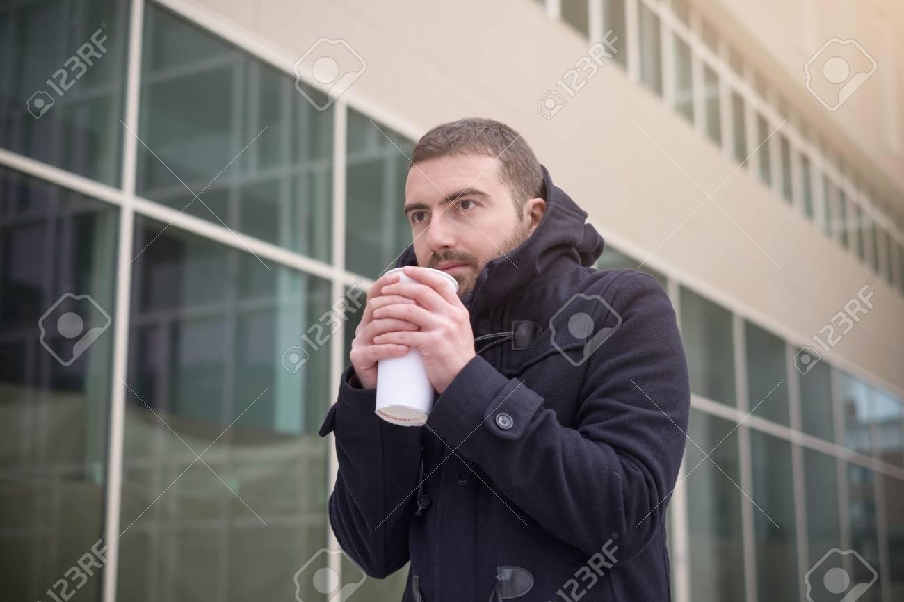 819f1ac5e0 Foto de archivo - Hombre casual vestido de la ciudad en un día de temporada  de invierno