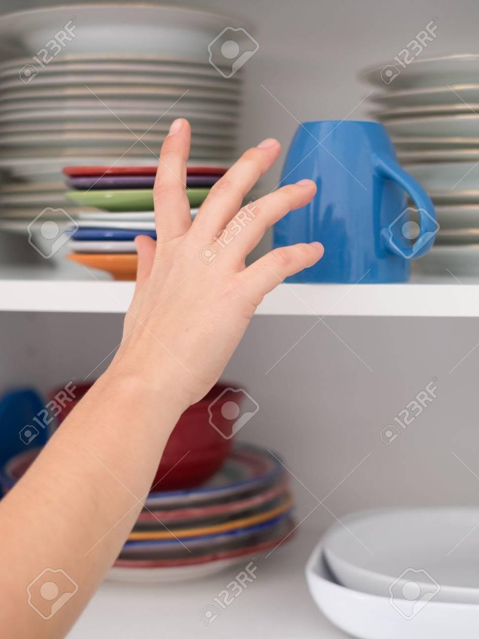 Femme Prendre Tasse Meuble Cuisine Petit Dejeuner