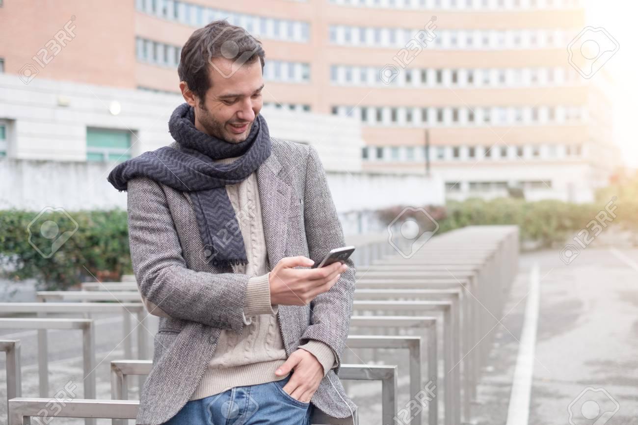 d88ca8f4c3 El hombre vestido casual en la ciudad en un día de invierno de temporada  Foto de