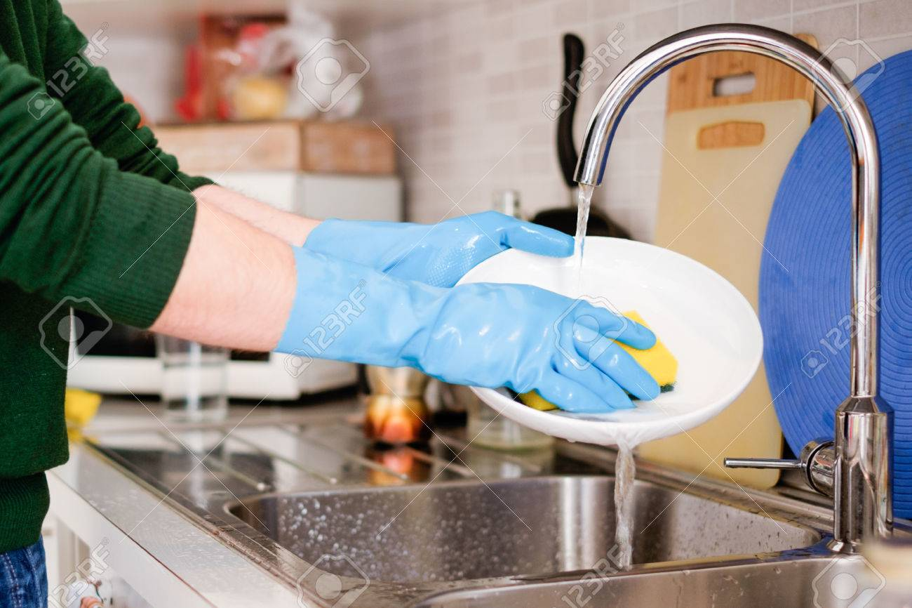 Hande Reinigen Schmutziges Geschirr In Der Kuchenarmatur Lizenzfreie Fotos Bilder Und Stock Fotografie Image 77762213