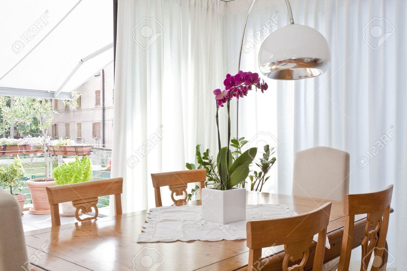 Sala Da Pranzo Moderna Con Tende Bianche Foto Royalty Free ...