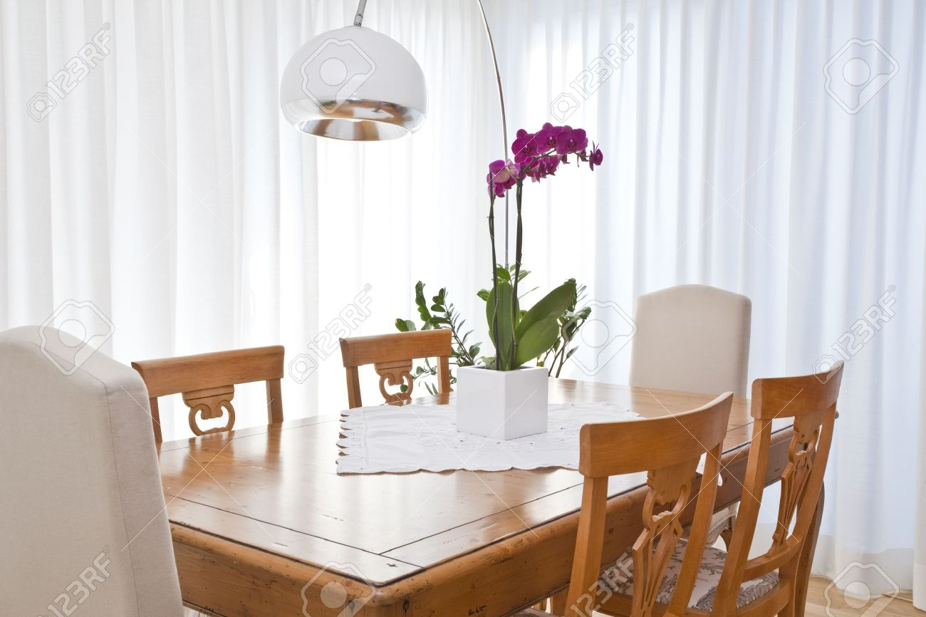 Modern Dining Room With White Curtains Banque DImages Et Photos