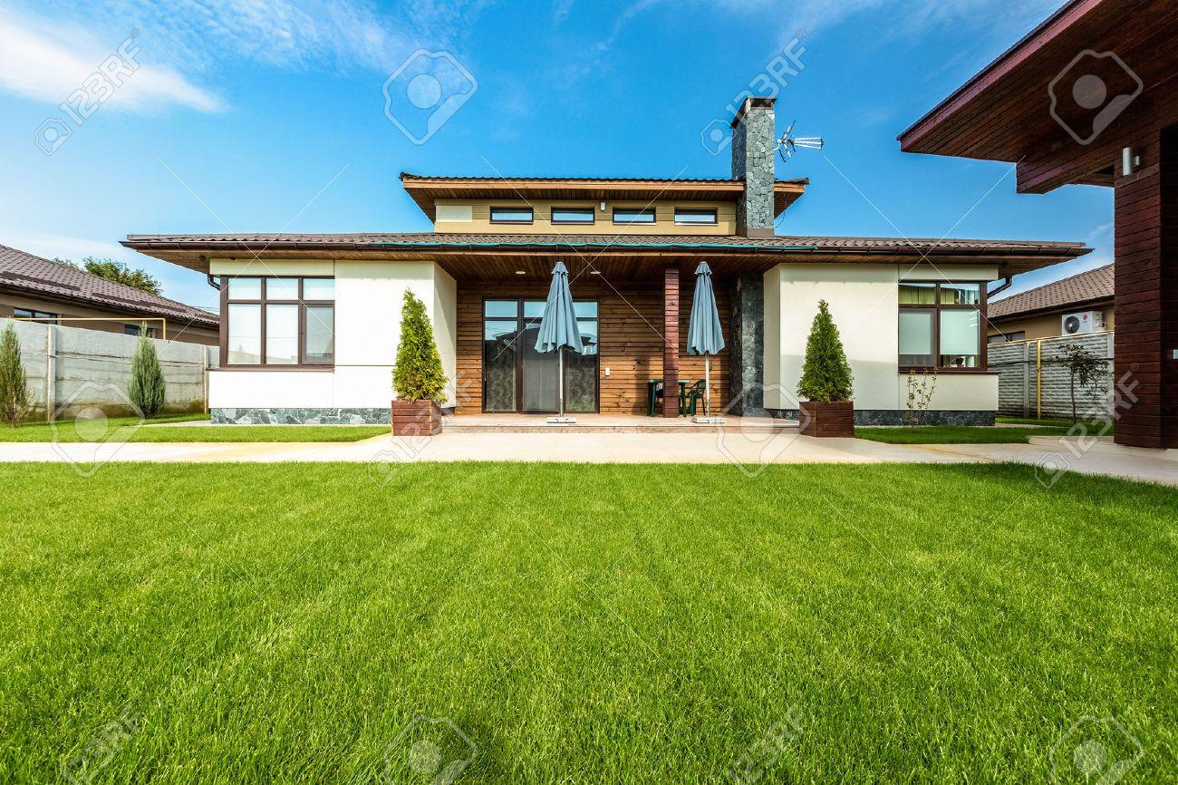 Belle Maison Moderne Dans Le Ciment, Vue Depuis Le Jardin. Banque ...