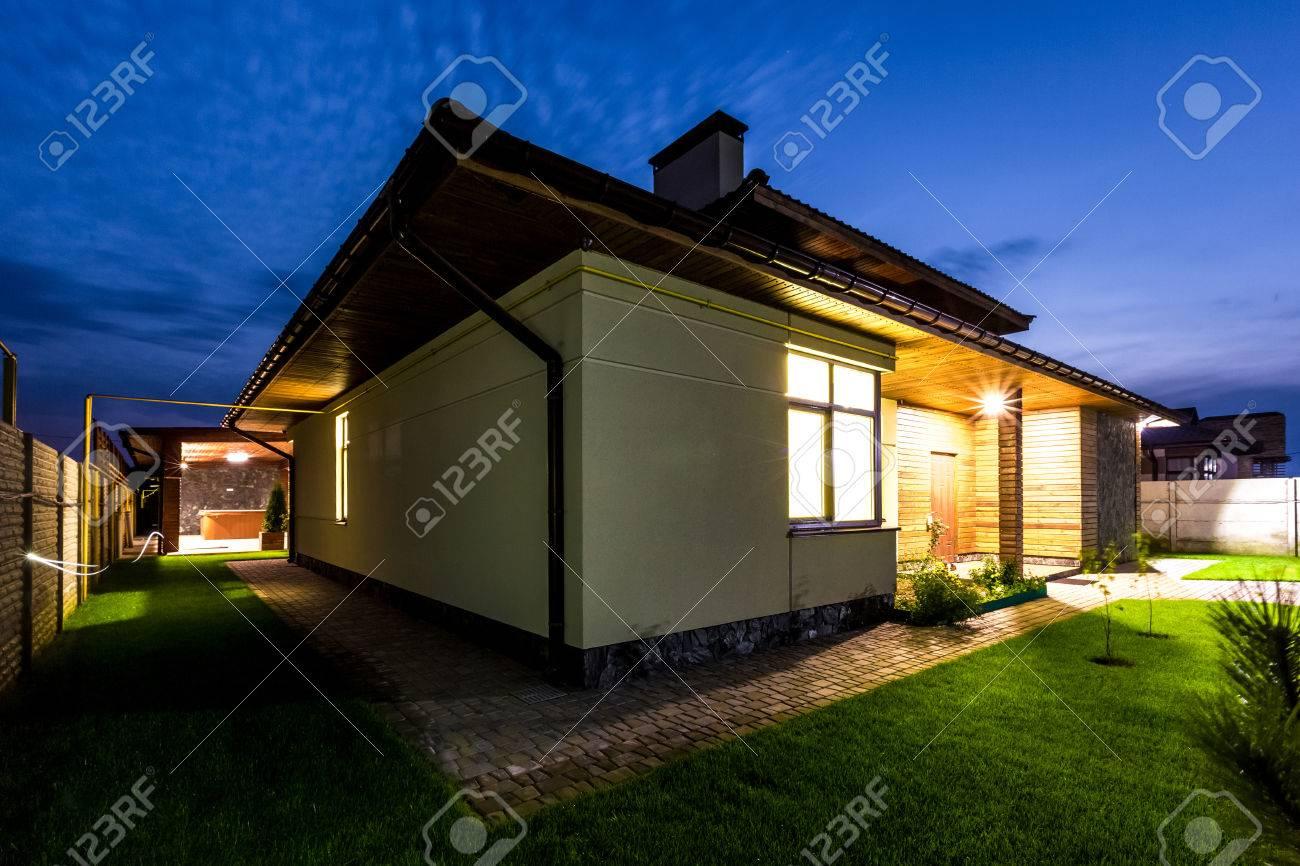 Maison Individuelle De Luxe Dans La Nuit - Vue De L\'extérieur ...