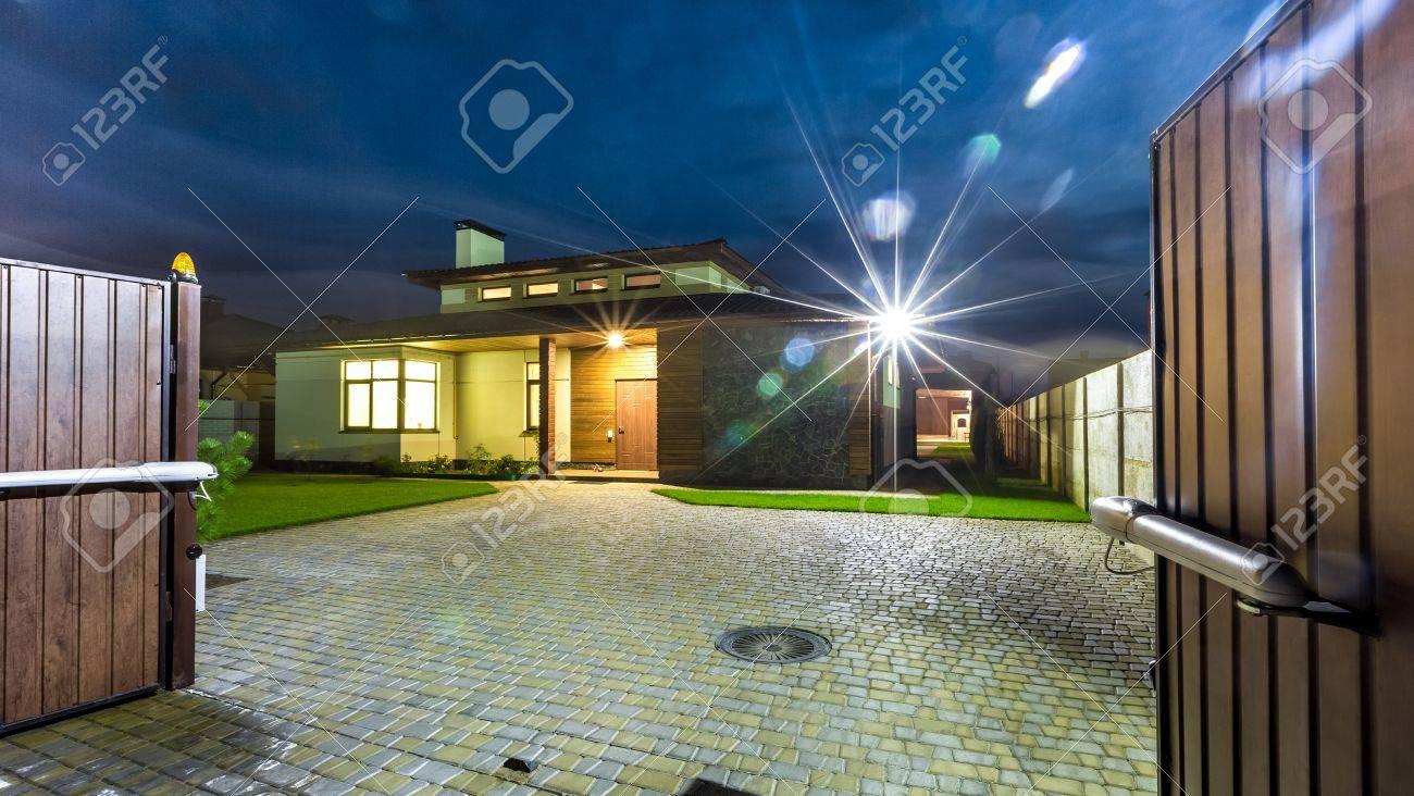 Freistehendes Luxus-Haus In Der Nacht - Blick Von Außen. Architektur ...