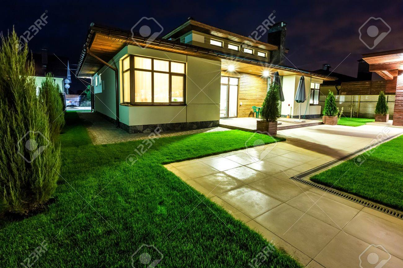 Freistehendes Luxus-Haus In Der Nacht - Blick Von Außen Hinterhof ...