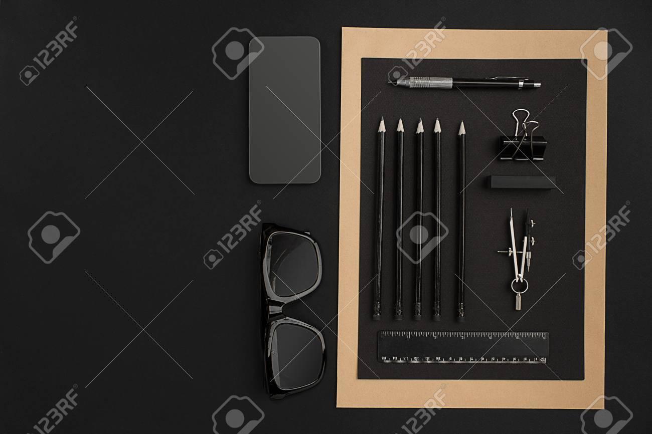 Buro Desktop Mit Verschiedenen Schwarzen Objekten Auf Hintergrund