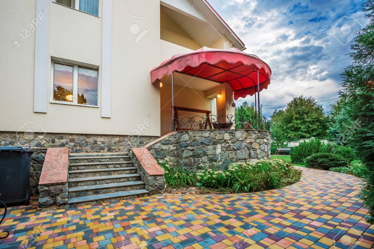 Charmant Hinterhof Landschaft Design Mit Gemütlichen Patio Bereich Standard Bild    76956333