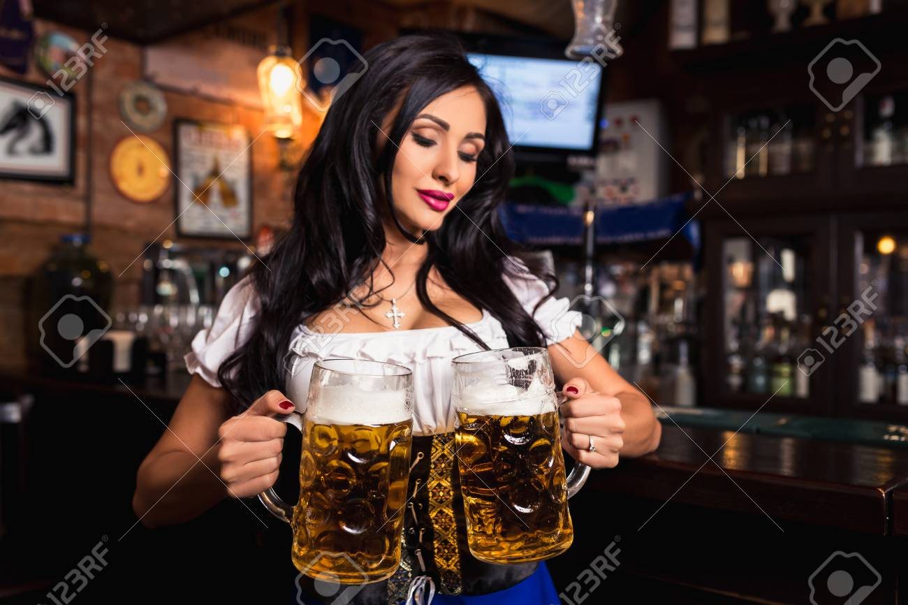 Le bar de la CDR 86194453-jeune-serveuse-sexy-oktoberfest-v%C3%AAtue-d-une-robe-traditionnelle-bavaroise-servant-de-grandes-tasses