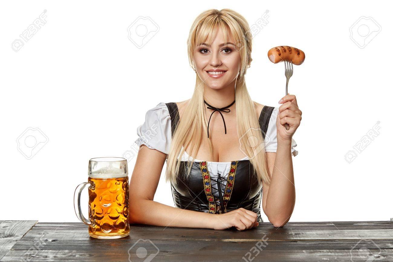 [Sujet Unique] Anniversaires des membres 87472183-jeune-femme-bavaroise-en-dirndl-assis-%C3%A0-table-avec-de-la-bi%C3%A8re-sur-fond-blanc