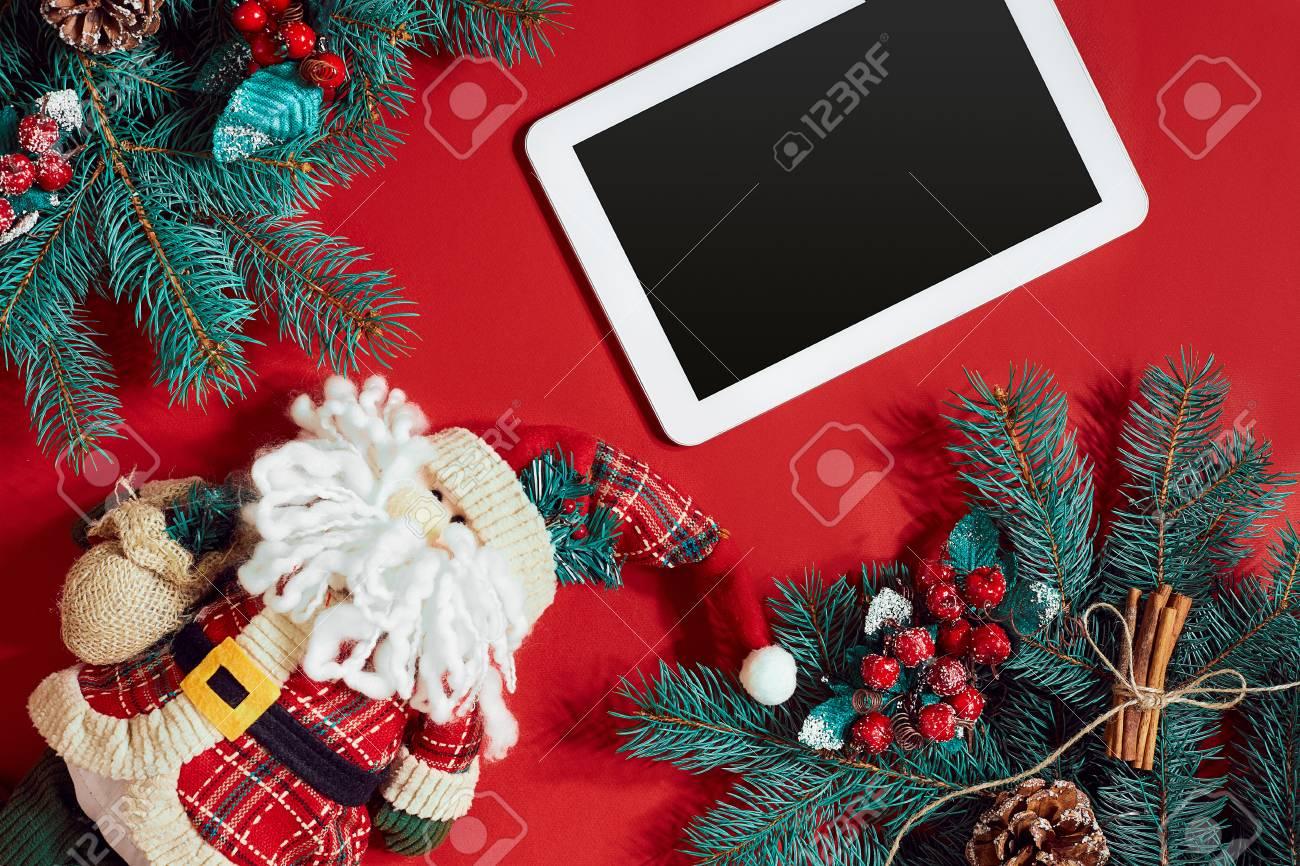 Weihnachtsdekorationen Und Weiße Tablette Mit Schwarzem Bildschirm ...