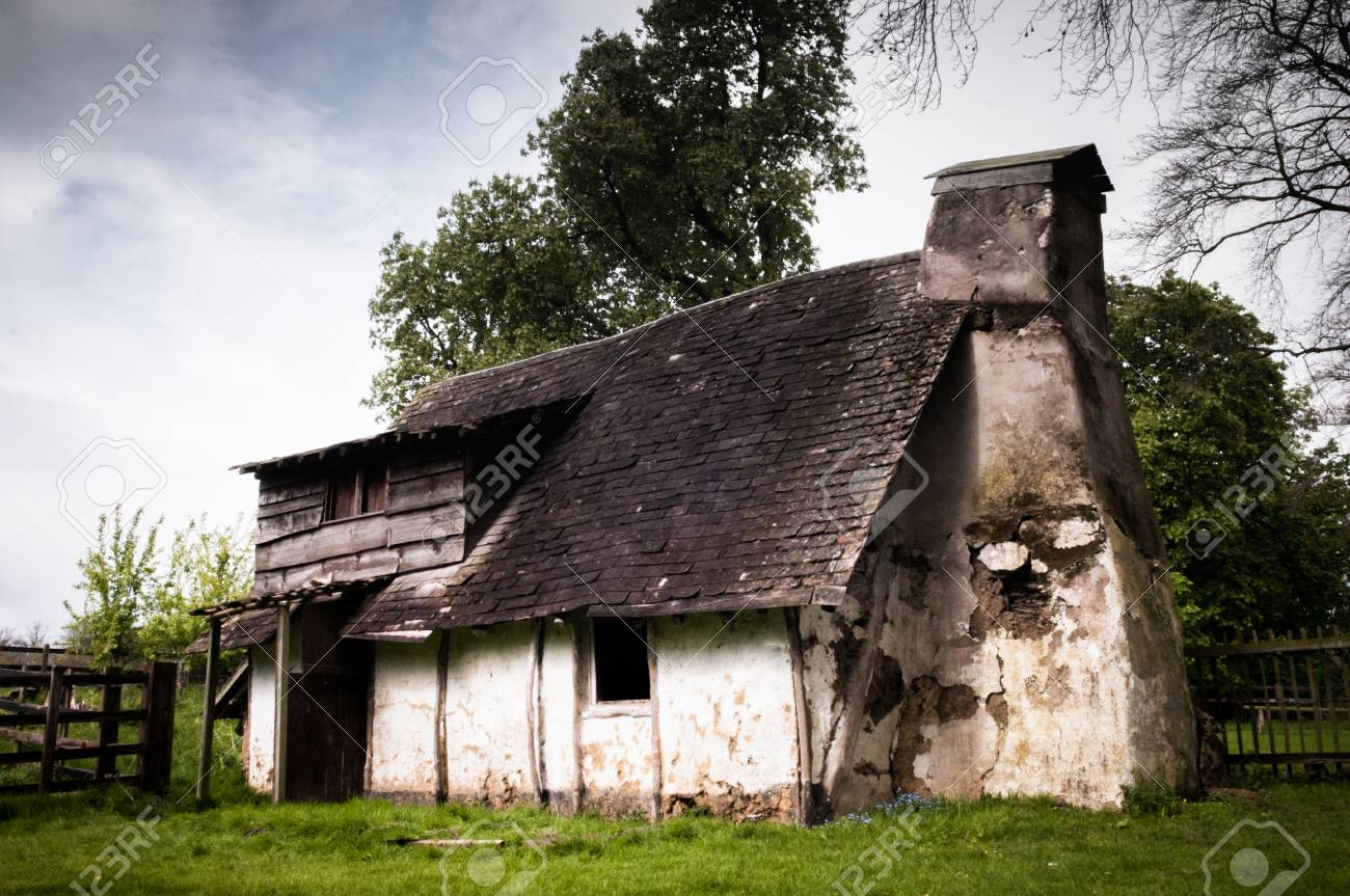 Maison ancienne abandonnée extérieur à la campagne