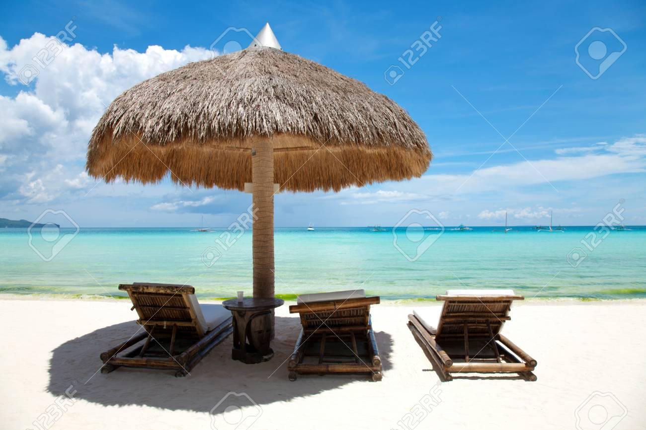 Liegestühle An Einem Schönen Strand In Boracay, Philippinen ...