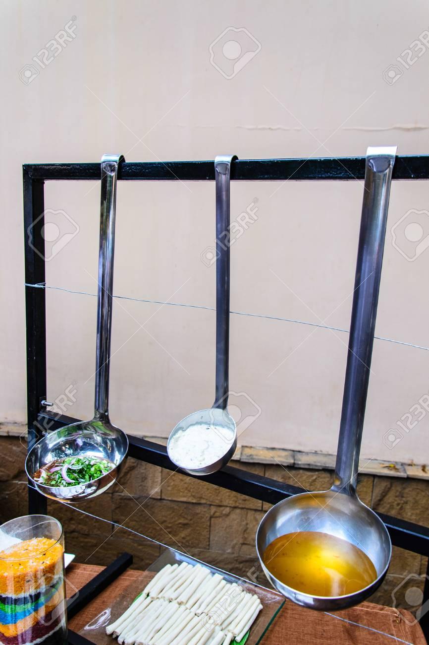 Demostración De Cocina Y Línea De Buffet Crean Con Pala Cuchara ...
