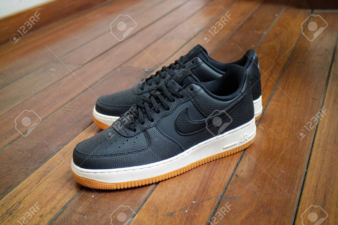 ciclo Discutir Hambre  Nike Air Force 1 Low Leather Black White Gum Sole. Stock Photo, Picture And  Royalty Free Image. Image 154286178.