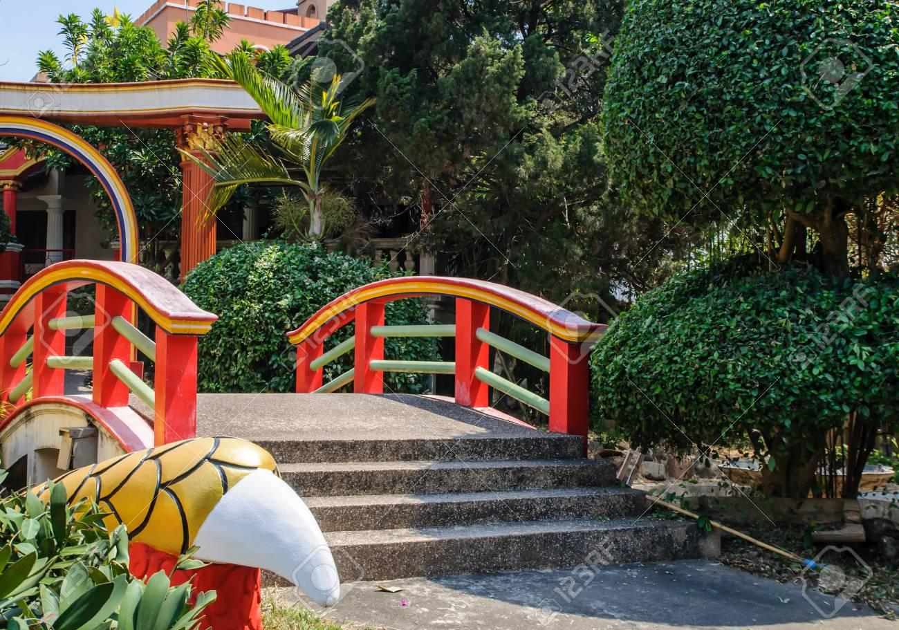 Chinesischer Garten Mit Roten Brücke Lizenzfreie Fotos, Bilder Und ...