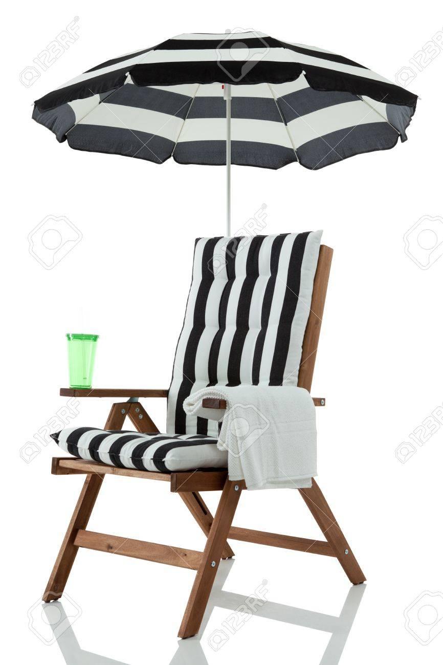 Strandstoel Met Parasol.Strandstoel Met Parasol Handdoek En Drinken Geisoleerd Op Wit