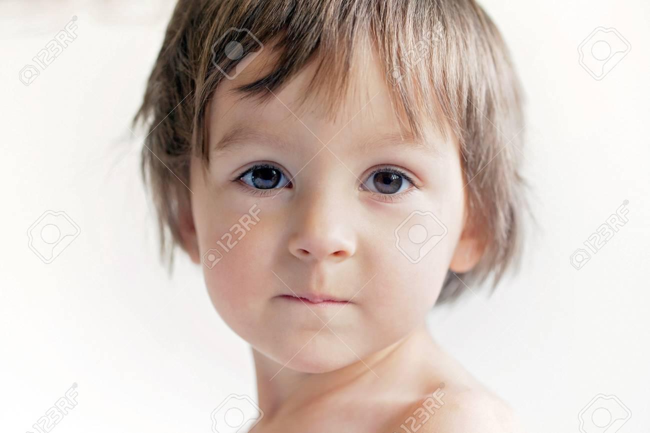愛らしいかわいい男の子の明るい肖像画 ロイヤリティーフリーフォト