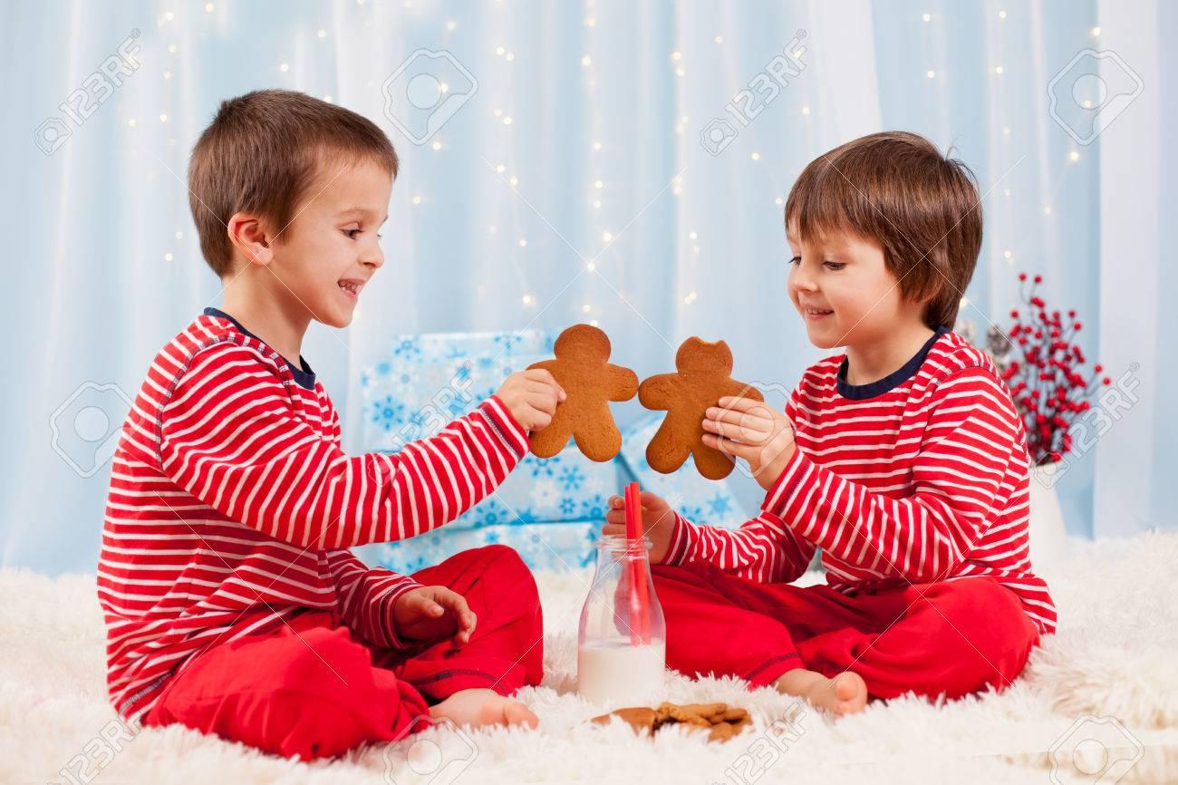 Zwei Glückliche Kinder, Die Plätzchen Isst Zu Weihnachten Und ...