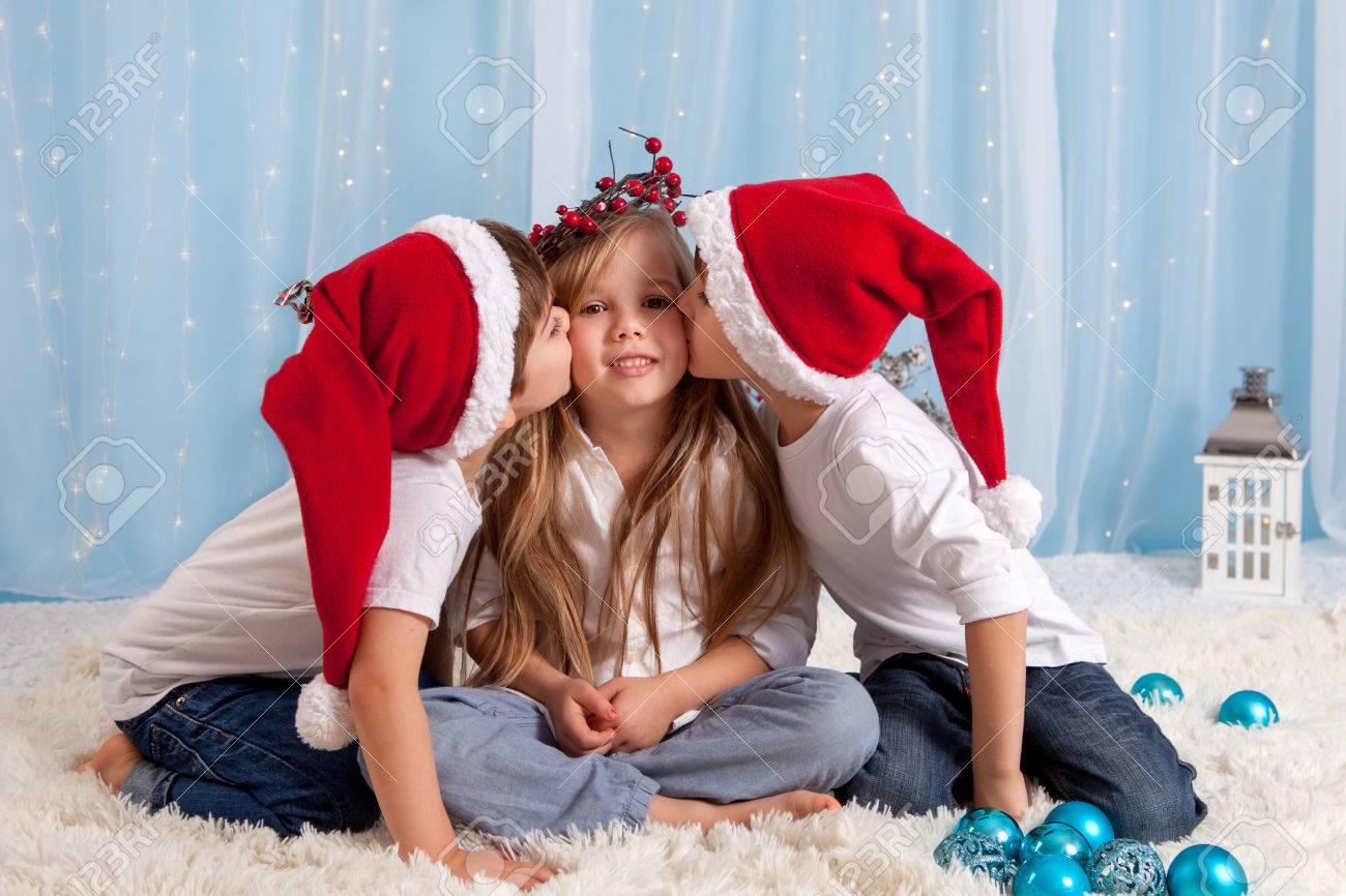 Zwei Kleine Zwillingsbrüder, Die Einen Kuss Auf Ihre Schwester ...