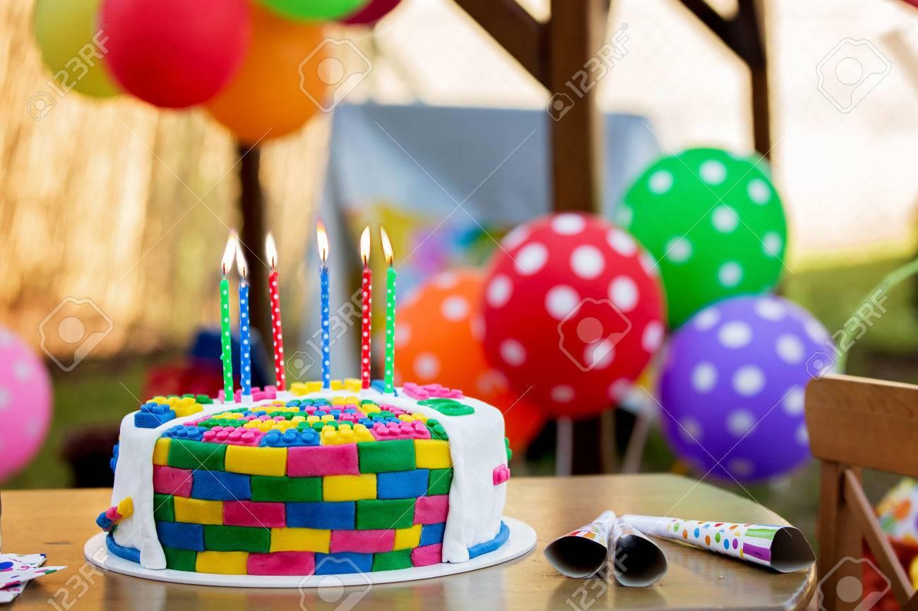 Bunter Kuchen Mit Kerzen Und Ballonen Fur Eine Kinderparty