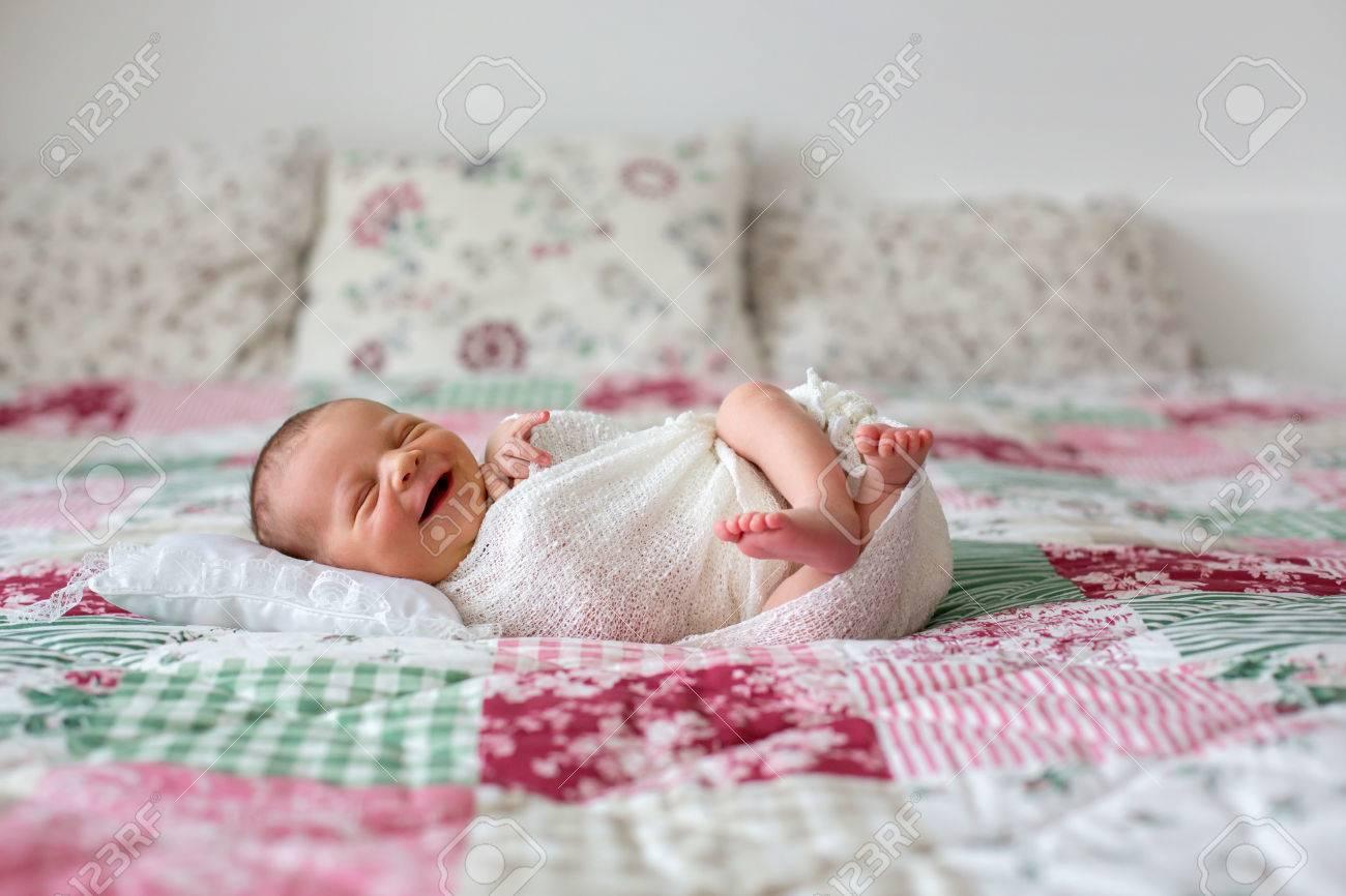 Hermoso Bebé Recién Nacido, Ampliamente Sonriente, Envuelto En ...
