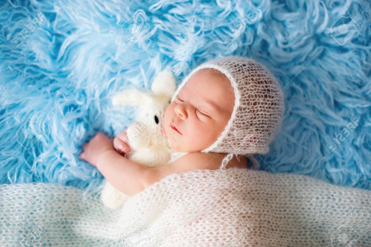 b7052eeb7 Foto de archivo - Pequeño bebé recién nacido lindo