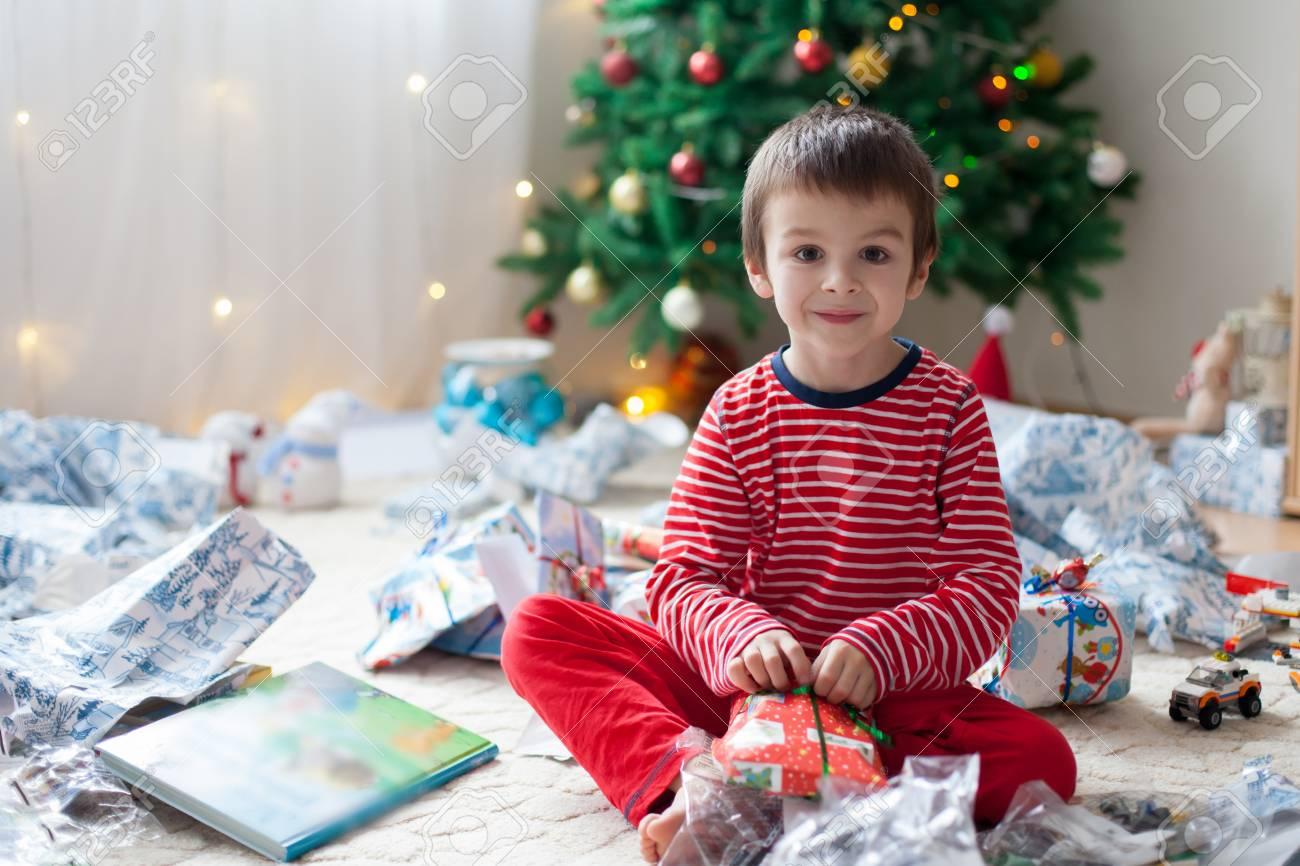 Zwei Süße Kinder, Junge Brüder, Geschenke Zu öffnen Am Weihnachtstag ...
