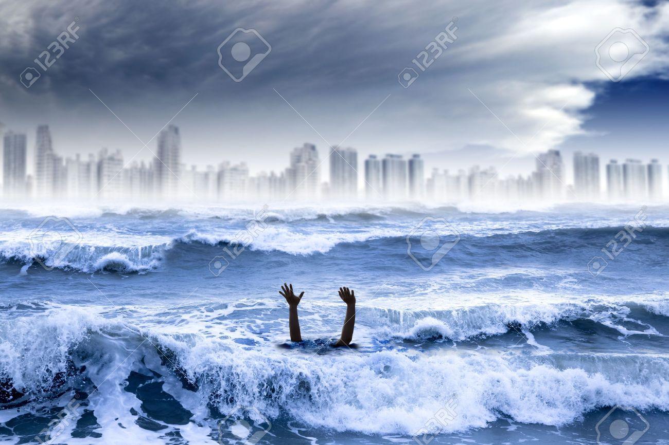 地球温暖化と異常気象の概念。水と嵐で溺れている人は都市を破壊しま ...