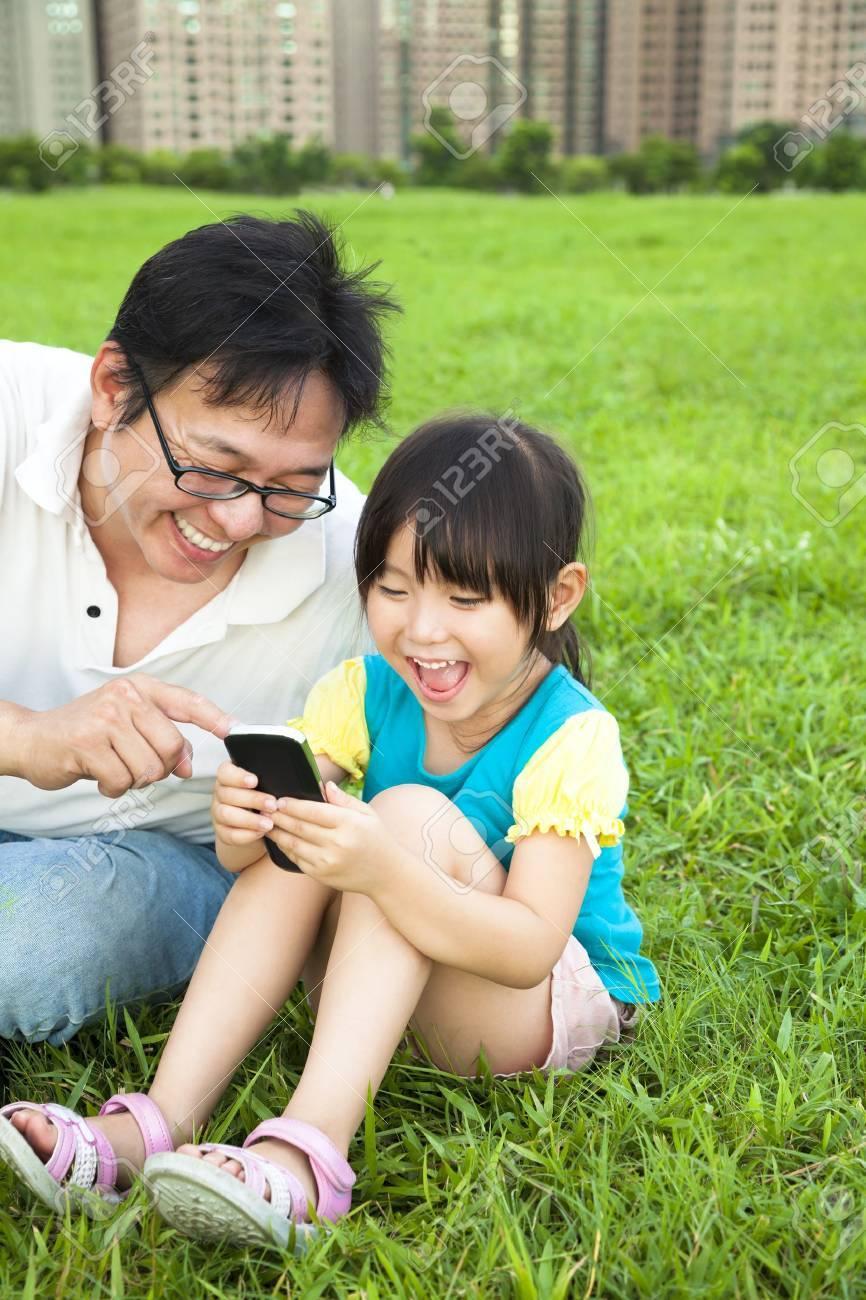Смотреть как отец и дочка играют 9 фотография