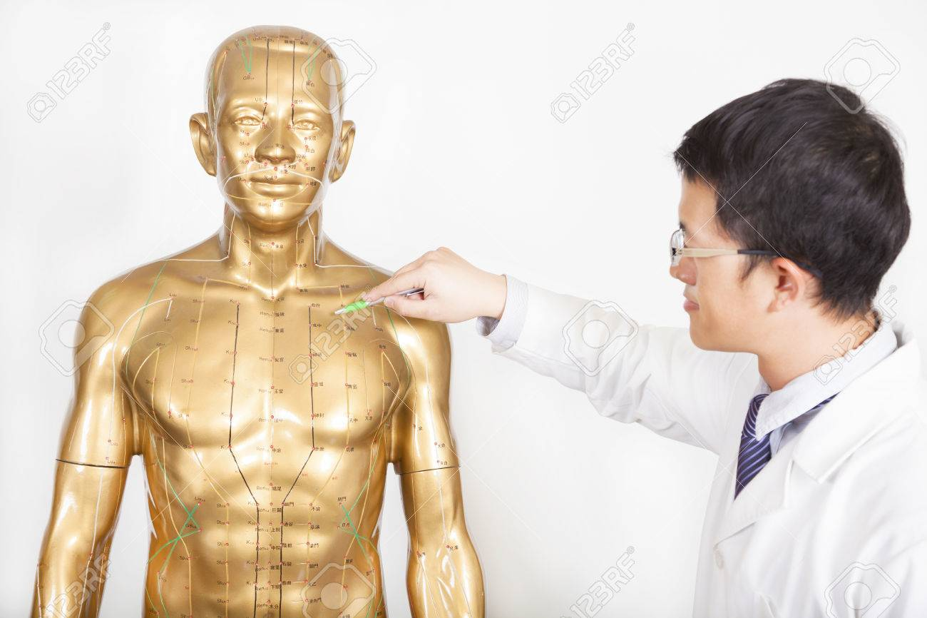 中国医学の医師は、人体のツボを...