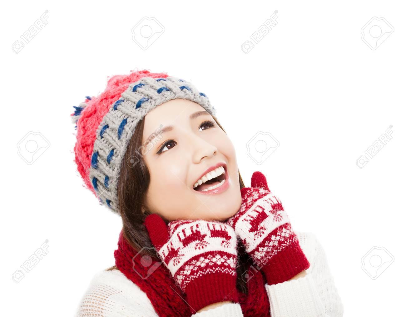 Zoek Kleding.Gelukkige Jonge Vrouw In De Winter Kleding En Zoek Geisoleerd Op
