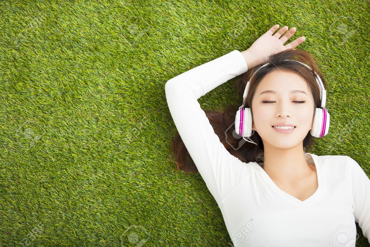 https://previews.123rf.com/images/tomwang/tomwang1502/tomwang150200108/36966186-Relaxed-woman-listening-to-the-music-with-headphones-lying-on--Stock-Photo.jpg