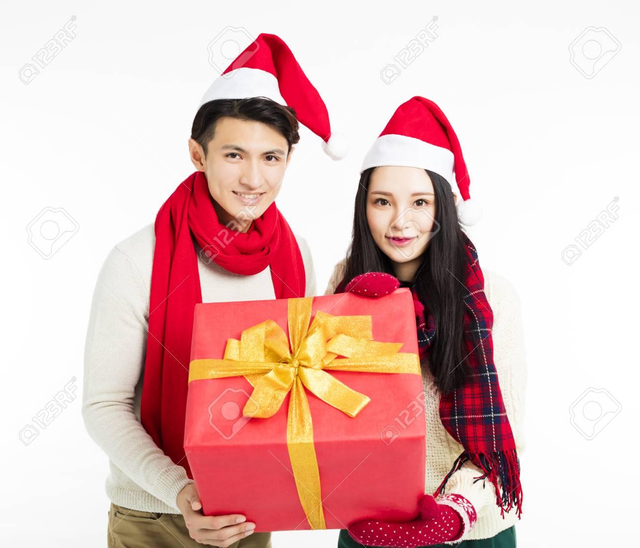 Glückliche Junge Paare , Die Weihnachtsgeschenke Zeigen Lizenzfreie ...