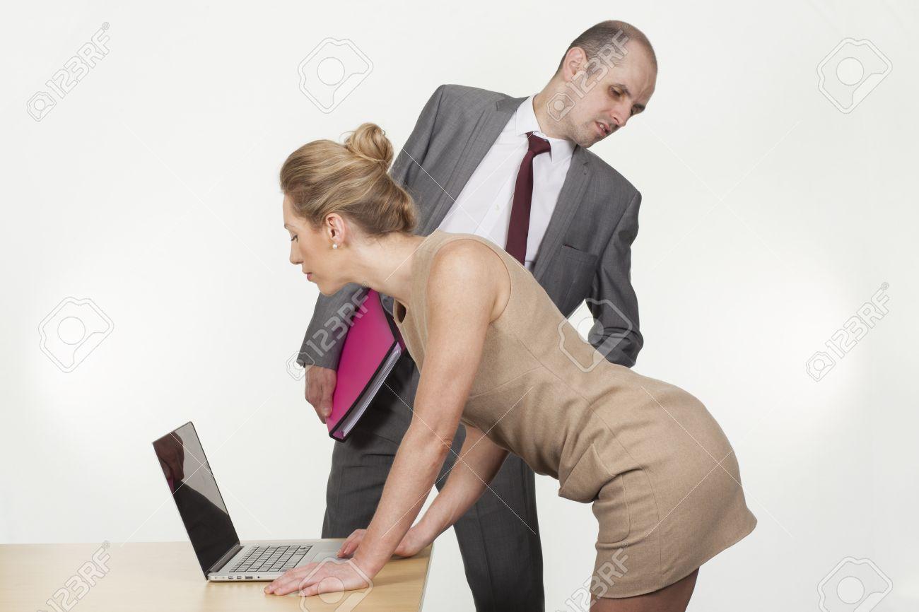 El Acoso Sexual Por El Jefe En El Lugar De Trabajo Con Un ...