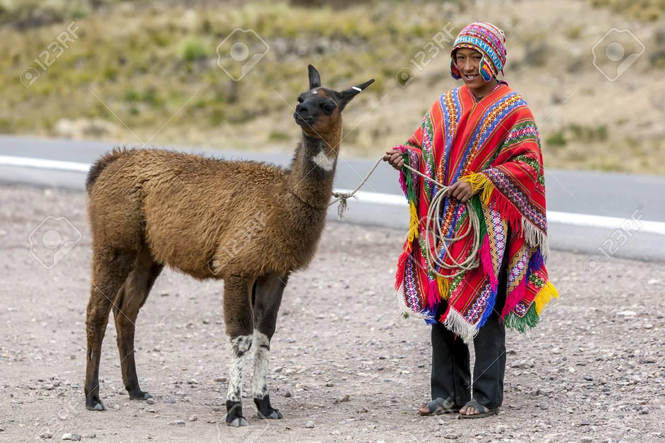 92079133f Un niño peruano posa para una fotografía en el puesto callejero de la  Región Puno Les Desea Feliz Viaje en Perú. A una altura de 4335 metros,  este ...