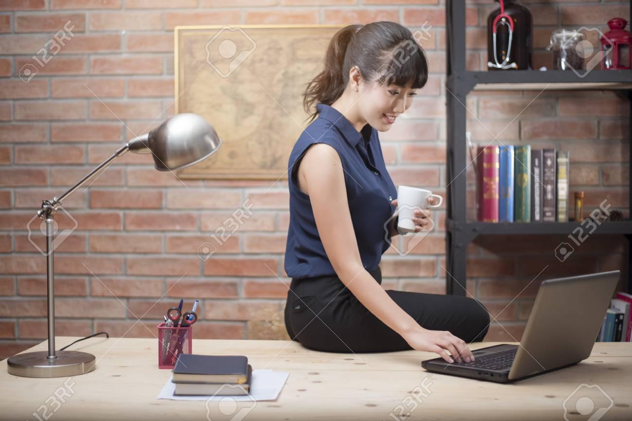Belle femme travaille à domicile