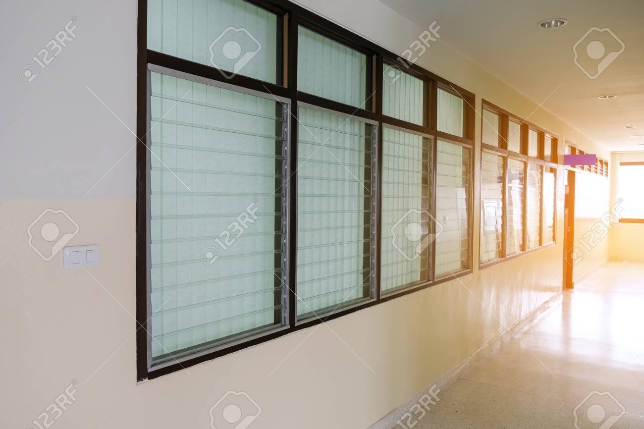 Long Couloir Vide Dans Le Batiment De Bureaux Vintage Windows