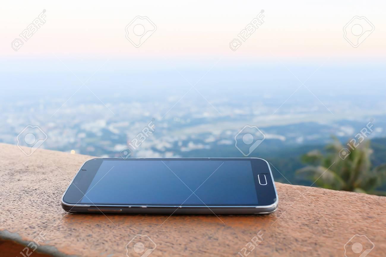 Immagini Stock Telefono Cellulare Su Legno Città E Montagna
