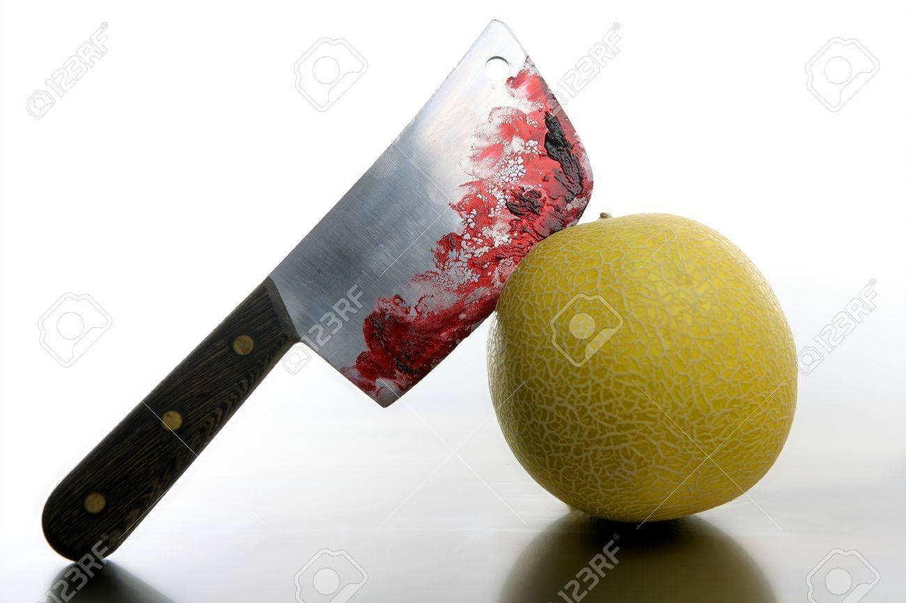 Le choix de notre identité 4040781-Melon-sanglante-jaune-tu-par-un-couteau-Plaie-avec-le-sang-m-taphore-Banque-d'images