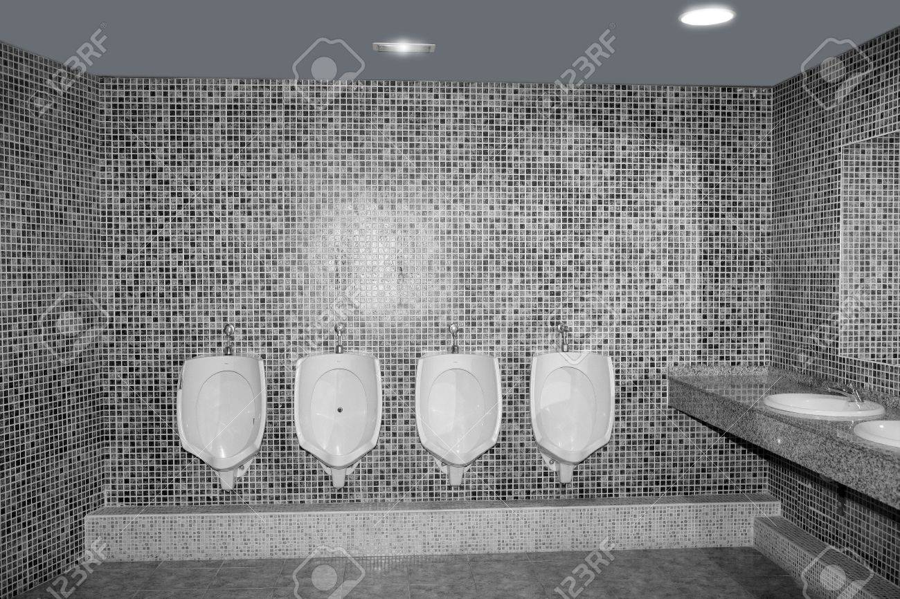 Badezimmer urinal in einer zeile mit grau fliesen schwarz und weiß ...