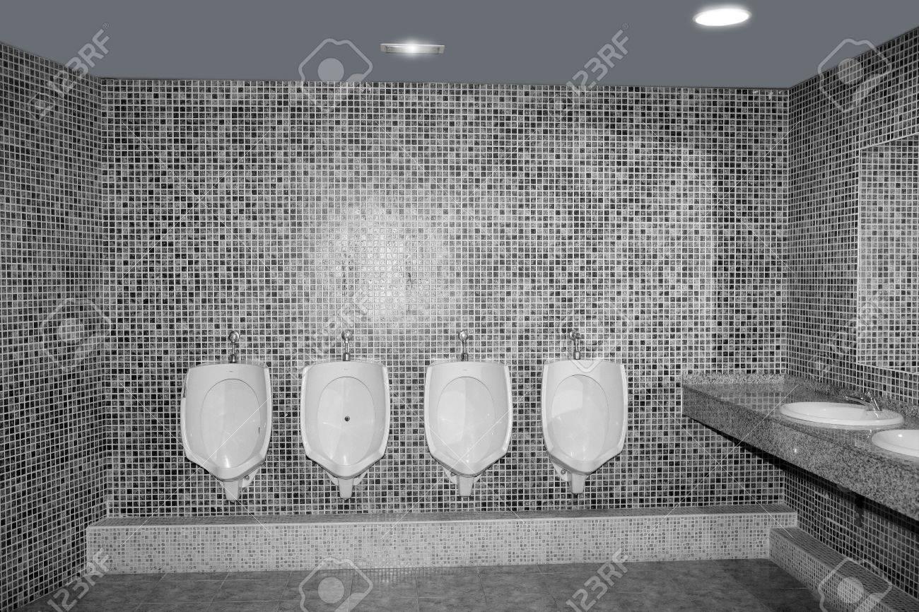 Salle de bains urinoir dans une ligne en gris carreaux noir et ...