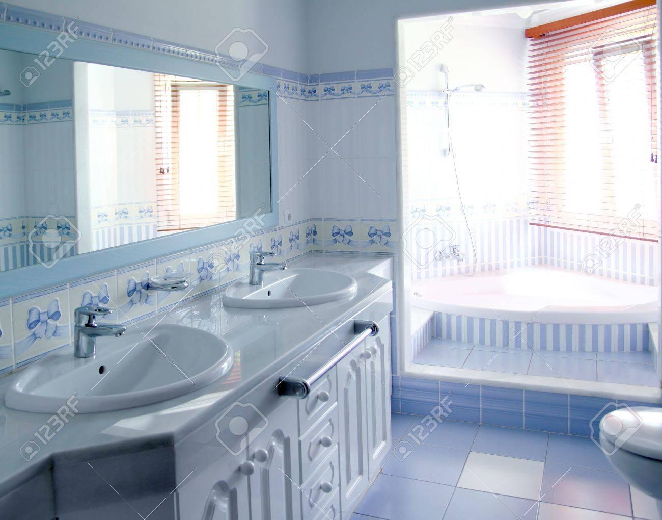 Intérieur de la salle de bain bleu classique tuiles décoration ...