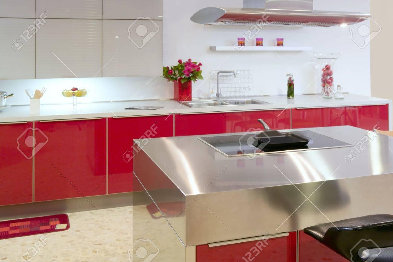 Rouge de cuisine d'argent île moderne intérieur de la maison d ...